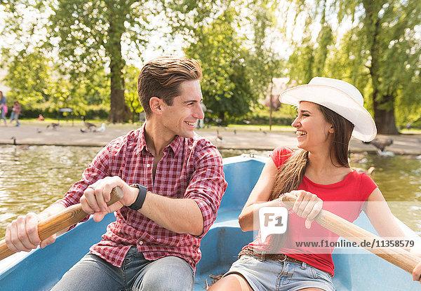 Junges Paar beim gemeinsamen Rudern im Regents Park  London  UK