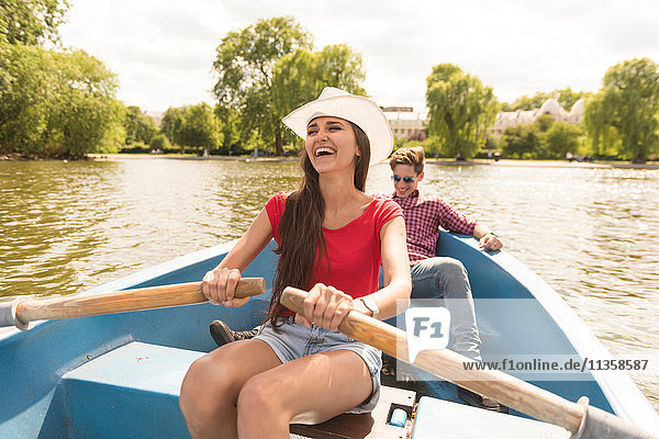 Glückliches junges Paar rudert im Regents Park  London  UK