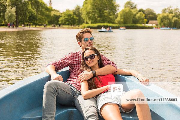 Romantisches junges Paar im Ruderboot im Regents Park  London  UK