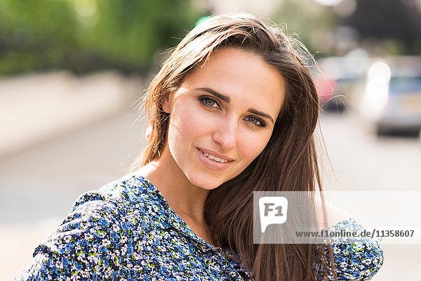 Porträt der schönen jungen Frau mit der Hand in den Haaren auf der City Street  London  UK