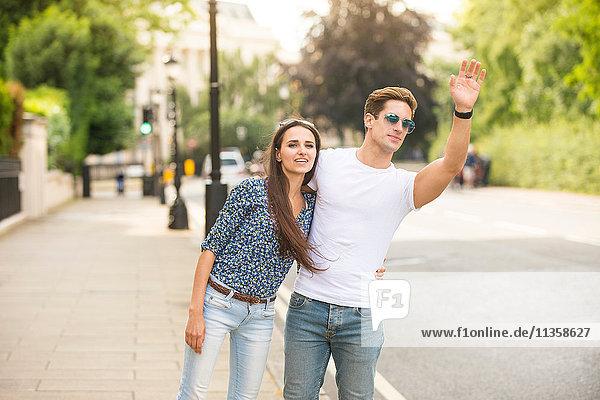 Junges Paar mit Taxi in der City Street  London  UK