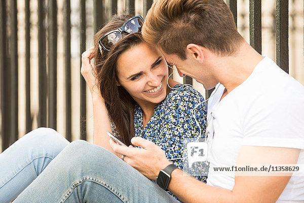 Glückliches junges Paar auf dem Bürgersteig  London  UK