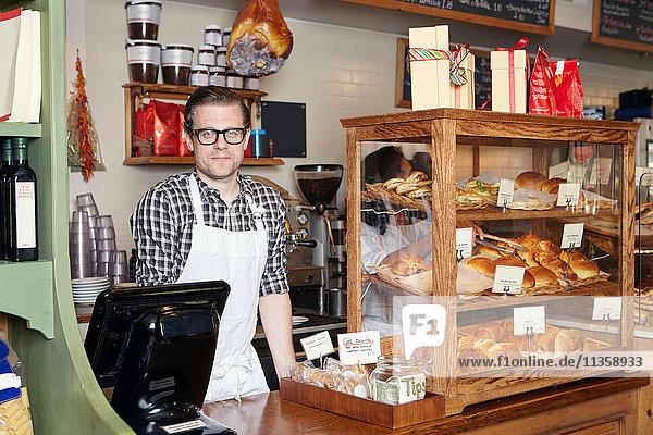 Porträt eines männlichen Arbeiters in einer Bäckerei