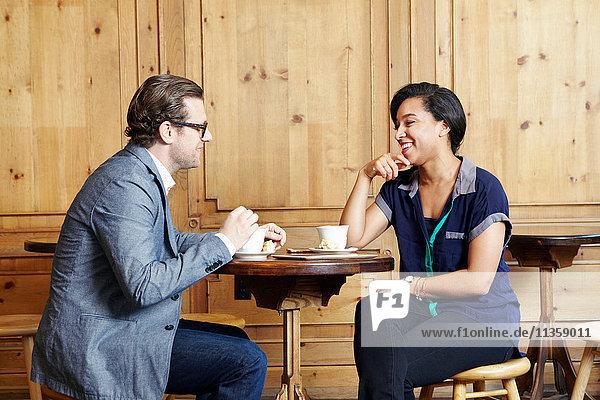 Mann und Frau sitzen im Café und trinken Kaffee