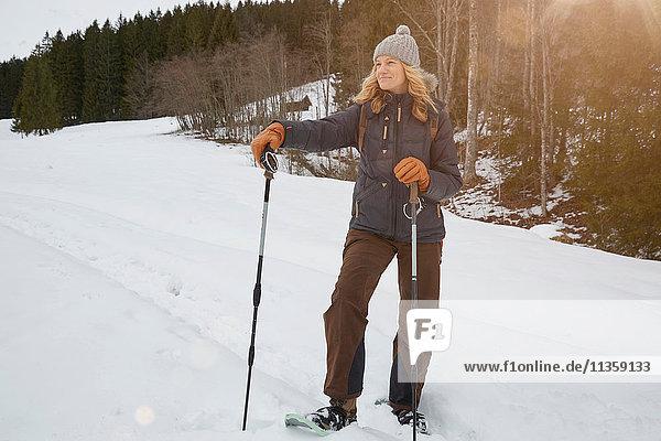 Reife Frau auf Schneeschuhen  die Skistöcke hält  Elmau  Bayern  Deutschland