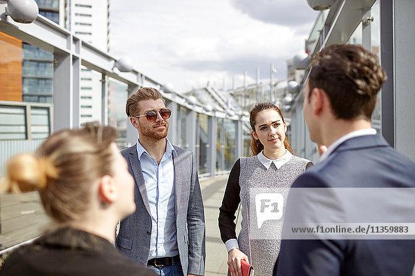 Geschäftsleute im Gespräch auf der City-Fußgängerbrücke  London  UK