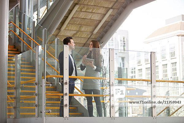 Geschäftsmann und -frau beim Gespräch über Stadttreppe  London  UK