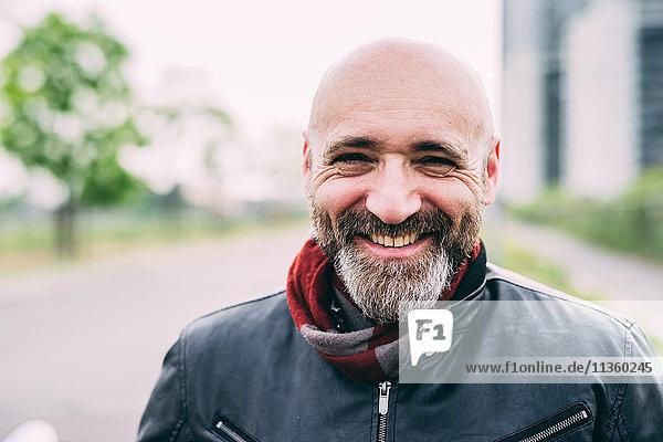 Portrait des glücklichen reifen Motorradfahrers