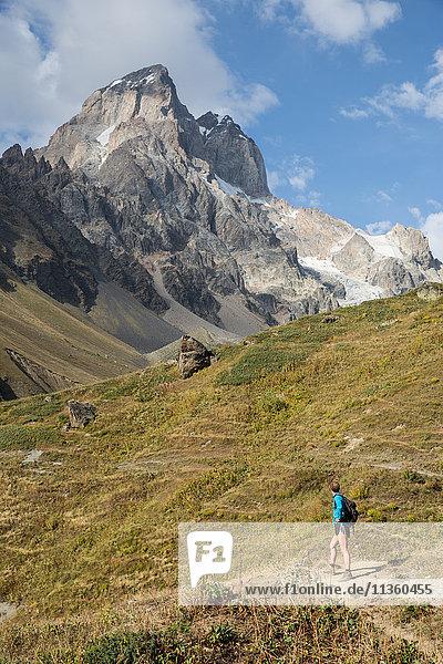 Männlicher Wanderer mit Blick auf die Berglandschaft  Ushba  Svaneti  Georgien