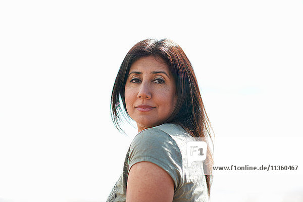 Frau mit langen braunen Haaren schaut über ihre Schulter  Devon  UK