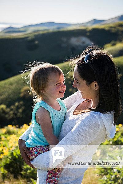 Mutter mit kleiner Tochter beim Wandern auf dem Bonneville Shoreline Trail in den Wasatch Foothills oberhalb von Salt Lake City  Utah  USA