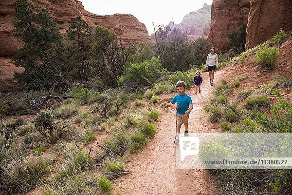 Mutter  Sohn und Tochter beim Wandern im Kodachrome Basin State Park  Utah  USA