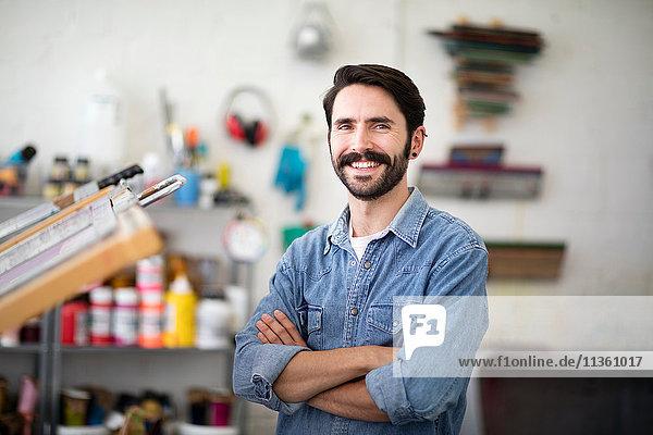 Porträt eines jungen männlichen Druckers im Druckereistudio