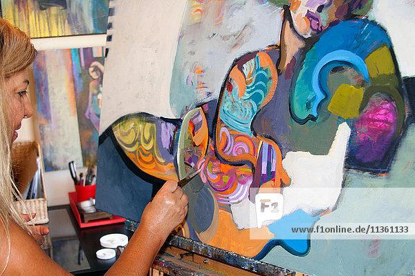 Künstler malt Kunstwerke auf Leinwand