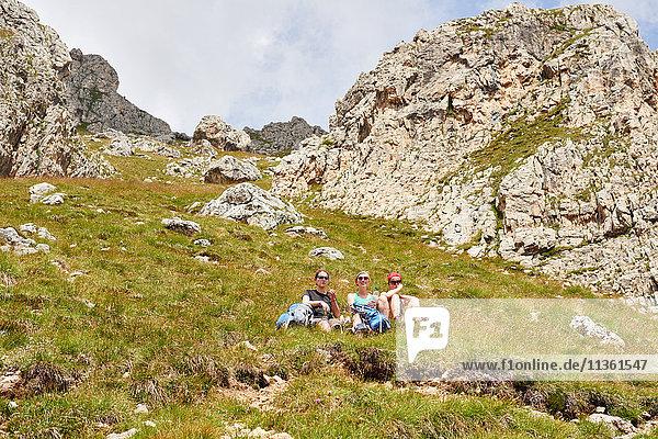 Wanderer rasten auf felsigen Hängen  Österreich