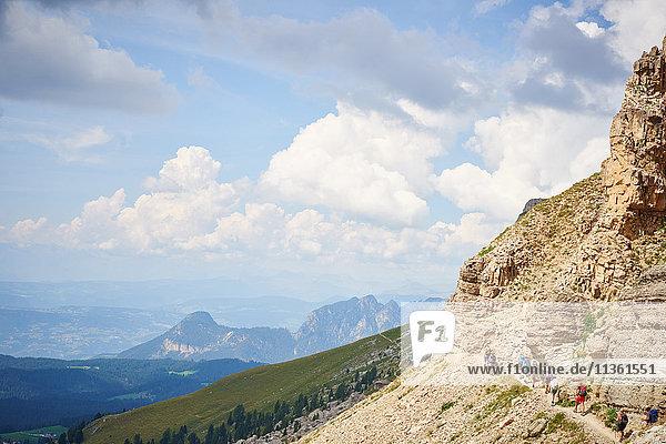 Szenische Ansicht von Wanderern auf einem Bergpfad  Österreich