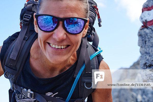 Porträt eines Wanderers  der lächelnd in die Kamera schaut  Österreich