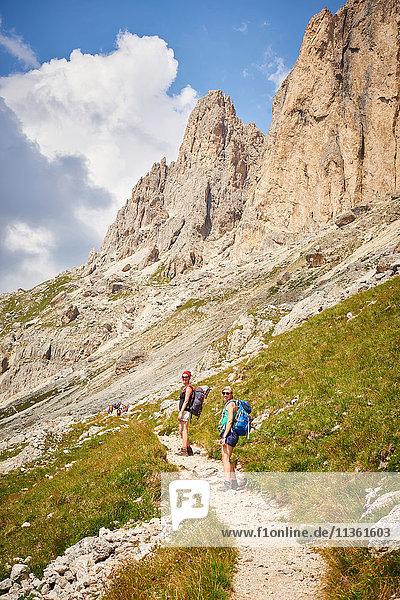 Wanderer auf Bergpfad mit Blick in die Kamera  Österreich