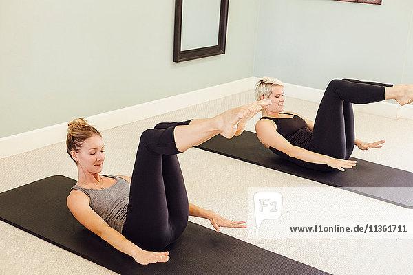 Frauen machen Pilates auf Trainingsmatten