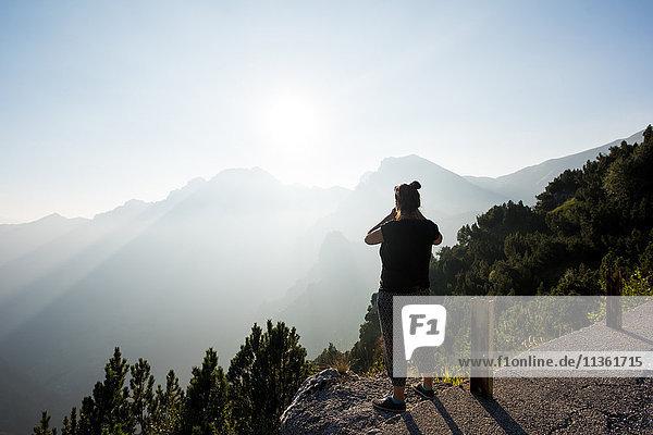 Rückansicht einer Frau mit Blick auf die Berge  Passo Maniva  Italien