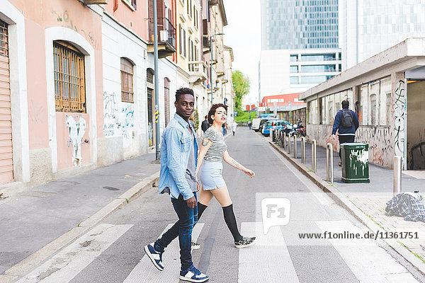 Paar über Fußgängerüberweg  Mailand  Italien