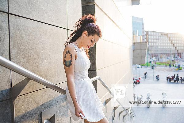 Frau auf der Treppe mit Blick nach unten  Mailand  Italien