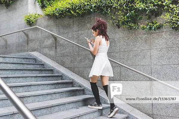 Frau aufsteigende Schritte mit digitalem Tablett