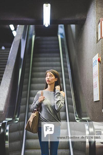 Junge Frau fährt die Stadtreppe hinunter