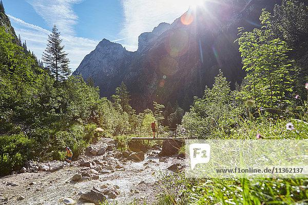 Mutter und Sohn auf Entdeckungsreise  Höllental  Zugspitze  Garmisch-Partenkirchen  Bayern  Deutschland