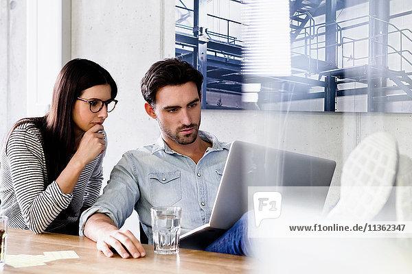 Kollegen im Büro mit Laptop
