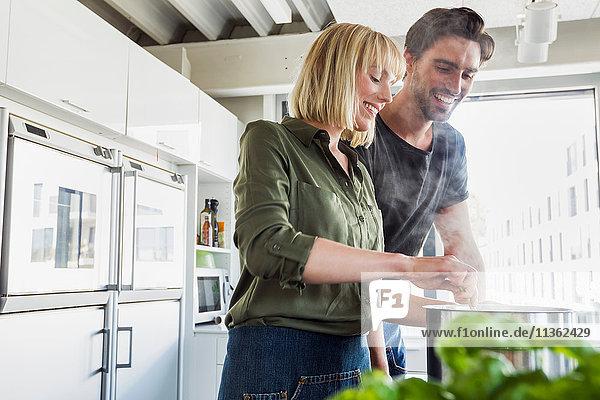 Ehepaar in der Küche beim Kochen