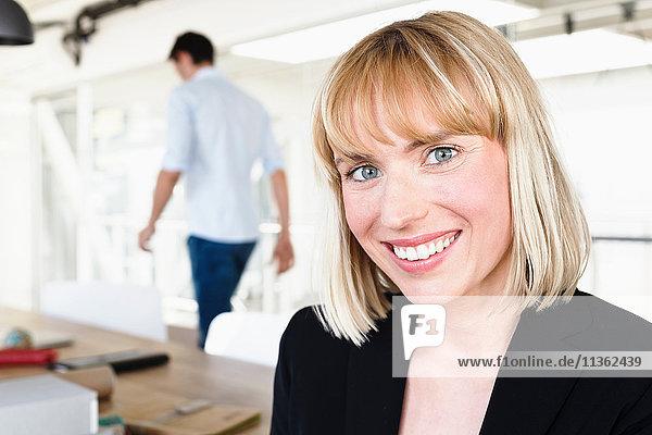 Porträt einer Geschäftsfrau  die lächelnd in die Kamera schaut