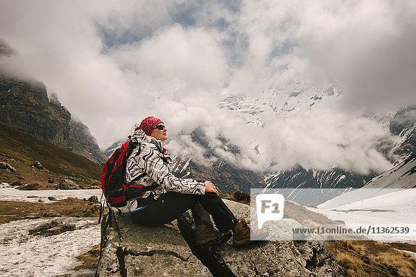 Frau  sitzend  Aussicht schauend  ABC-Trek (Annapurna-Basislager-Trek)  Nepal