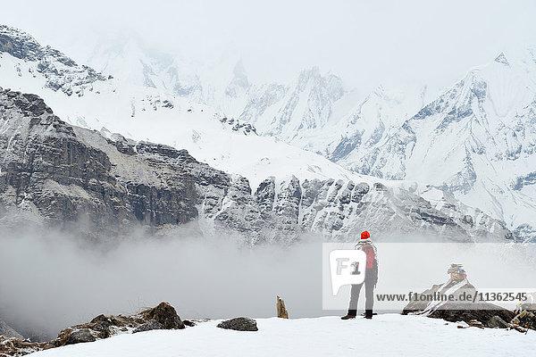 Frau  stehend  Blick auf Ansicht  Rückansicht  ABC-Trek (Annapurna-Basislager-Trek)  Nepal