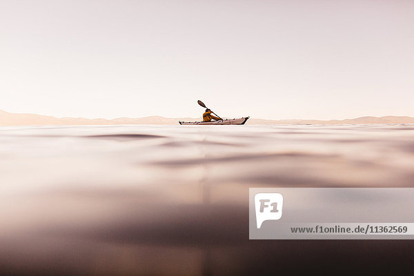 Kajak fahrende Frau auf dem Lake Tahoe  Kalifornien  USA