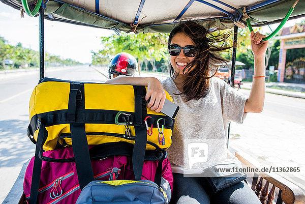 Frau fährt in Autorikscha  Siem Reap  Kambodscha