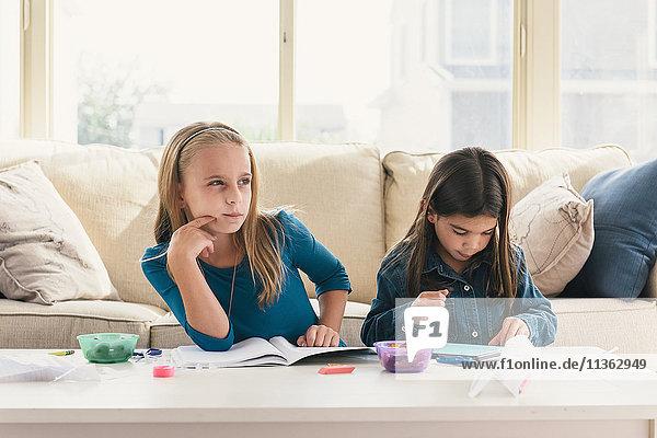 Mädchen zu Hause bei den Hausaufgaben