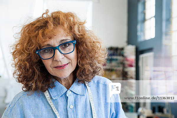 Porträt einer Modedesignerin  die in die Kamera schaut