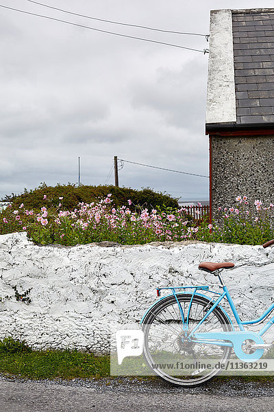 Fahrrad an der Wand  Inishmore  Irland