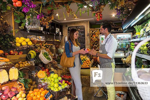 Obsthändler  der Kunden im Geschäft bedient  Palma de Mallorca  Spanien