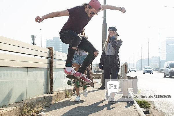 Skateboarder gehen und skateboarden gemeinsam auf der Strasse  Budapest  Ungarn