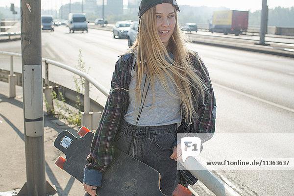 Skateboardfahrer auf der Straße stehend  Budapest  Ungarn