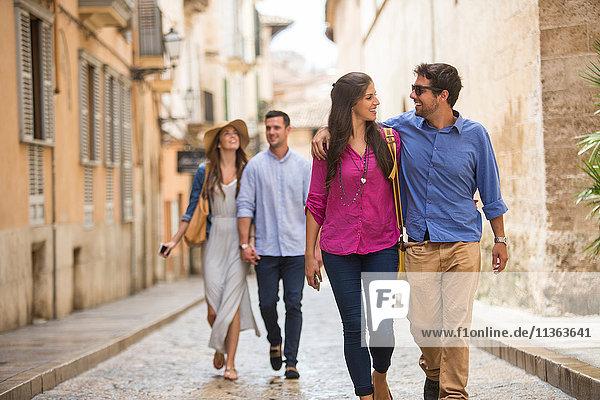 Auf der Straße gehende Paare  Palma de Mallorca  Spanien