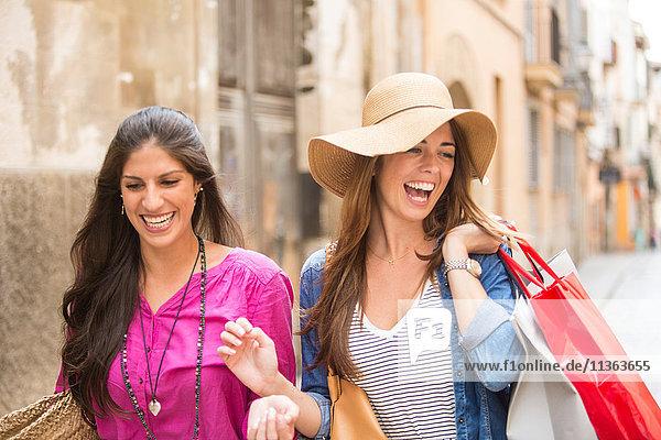 Frauen mit Einkaufstaschen auf der Straße  Palma de Mallorca  Spanien