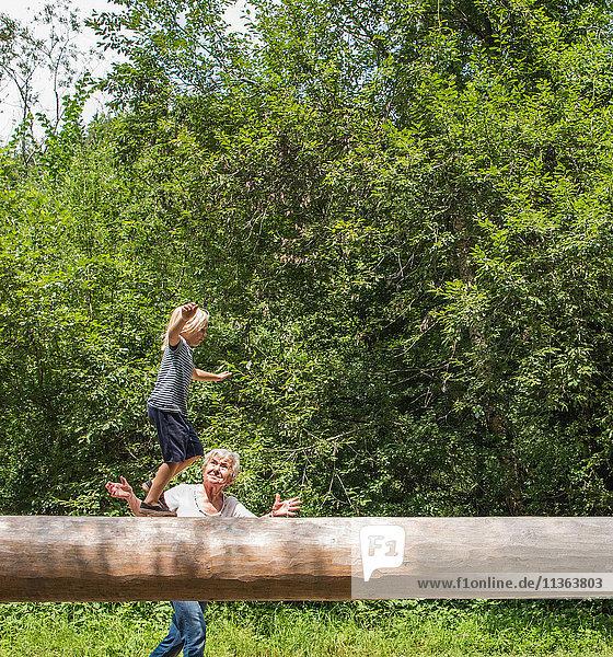 Junge balanciert auf Spielplatzgeräten