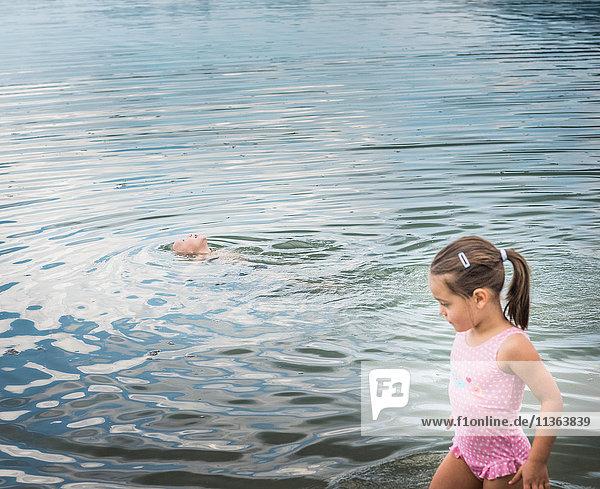 Bruder und Schwester am See