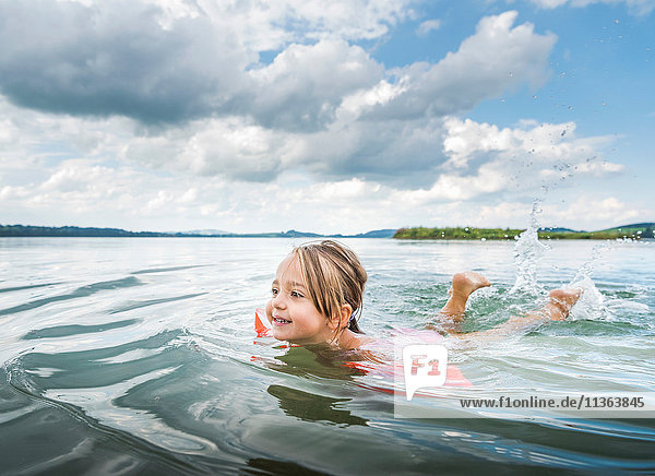 Mädchen schwimmt im See