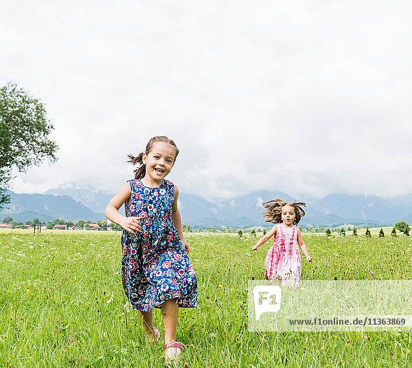 Mädchen laufen im Feld  Füssen  Bayern  Deutschland