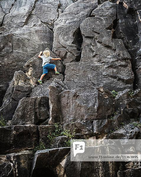 Rückansicht der Kletterwand eines Jungen