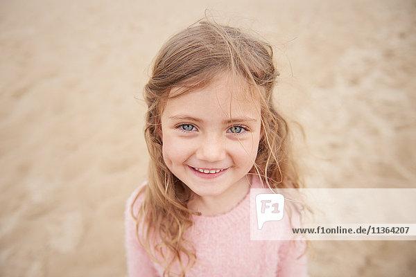 Kleines Mädchen lächelt am Strand